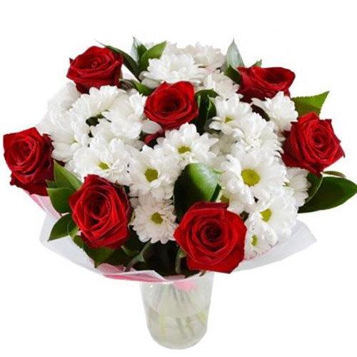 """Букет """"Подарочек"""" красные розыи ромашковые хризантемы"""