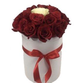 """Коробочка 21 роза """"Неповторимая"""" 20 красных и одна белая роза"""