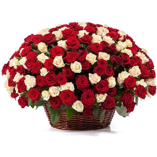 букет 101 роза микс в корзине