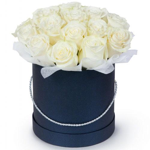 букет 21 белая роза в шляпной коробке