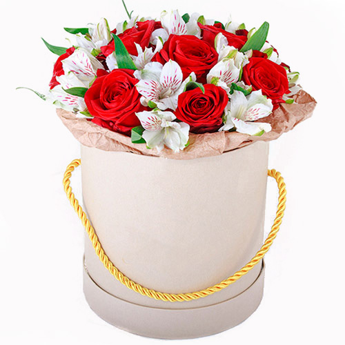 """Шляпная коробка """"Привет"""" красные розы и белые альстромерии"""