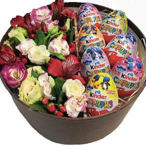Коробочка с киндерами и цветами фото