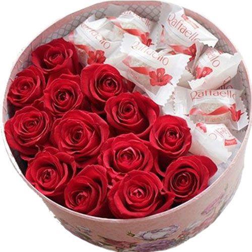 Сладкая коробочка красные розы и конфеты