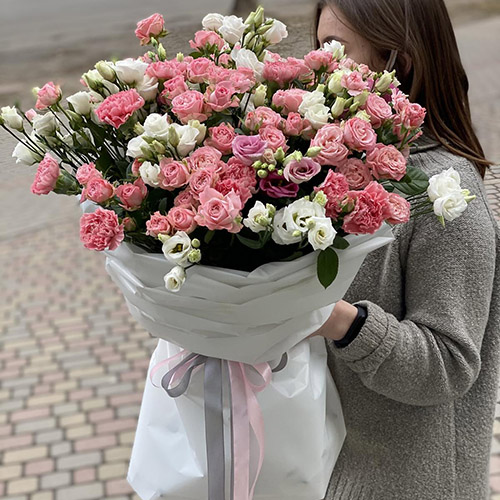 Букет белых и розовых эустом